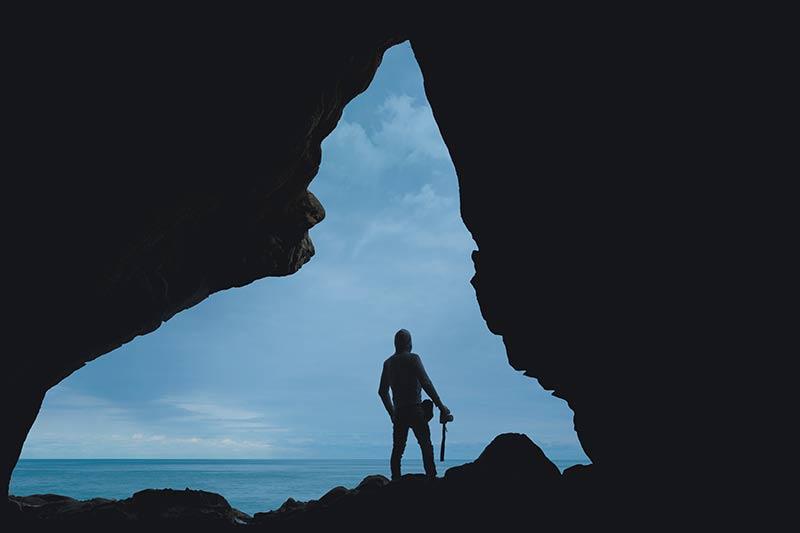 Deze silhouetfoto is omkaderd door rotsen