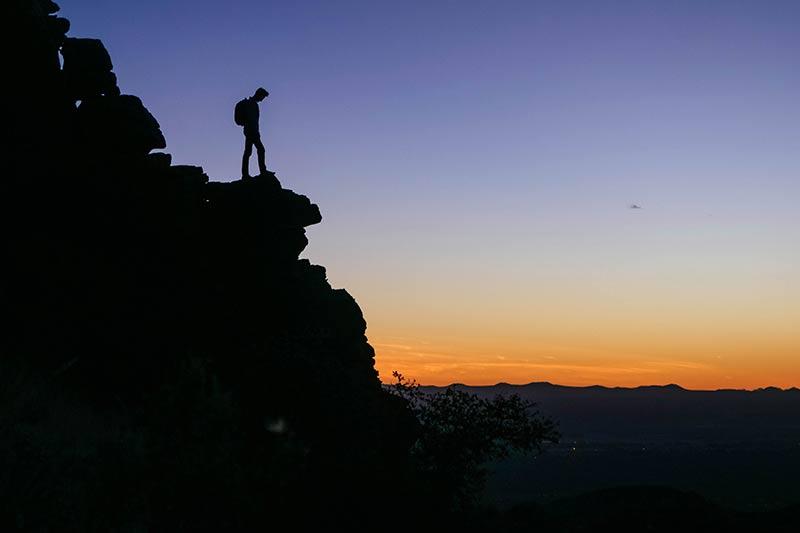 Silhouet rotsformaties en uitzicht op de vlakte