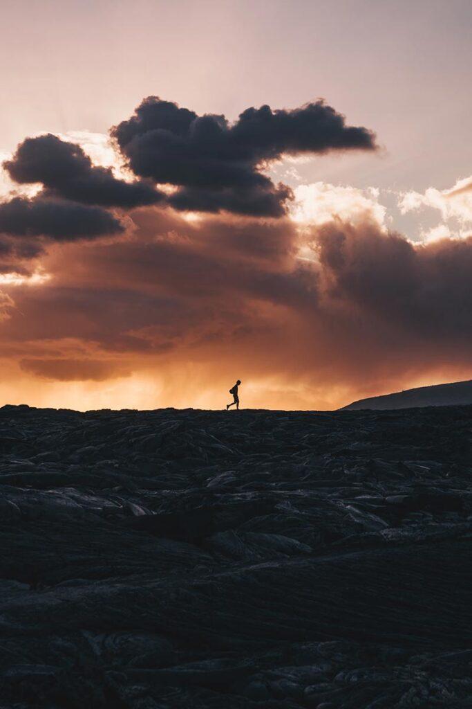De lava voorgrond en dreigende wolken geven dit silhouet pit