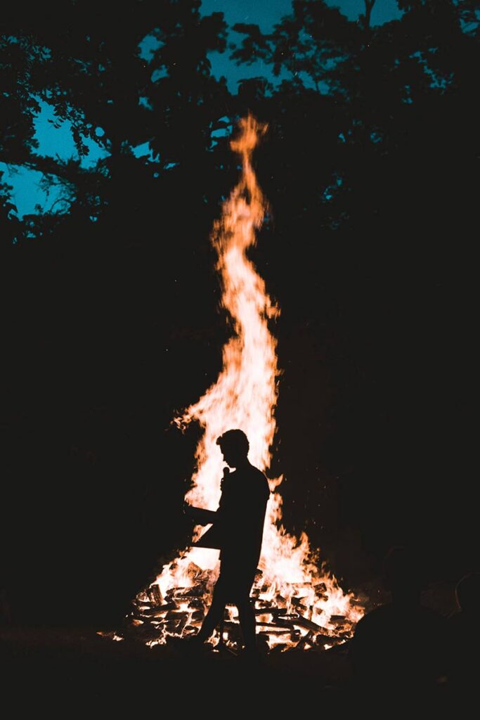 Hier wordt er een silhouet gemaakt door het vuur als achtergrond te nemen