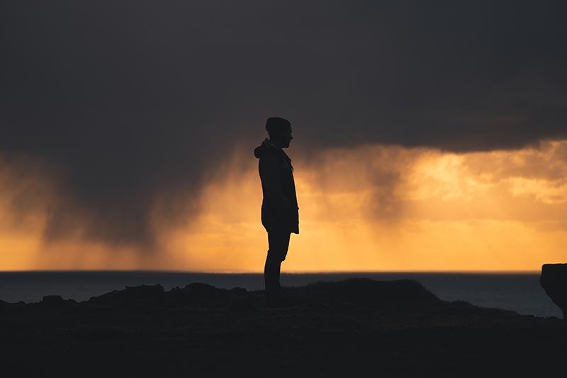 Een bijzonder beeld met de regen op de achtergrond bij deze silhouet foto
