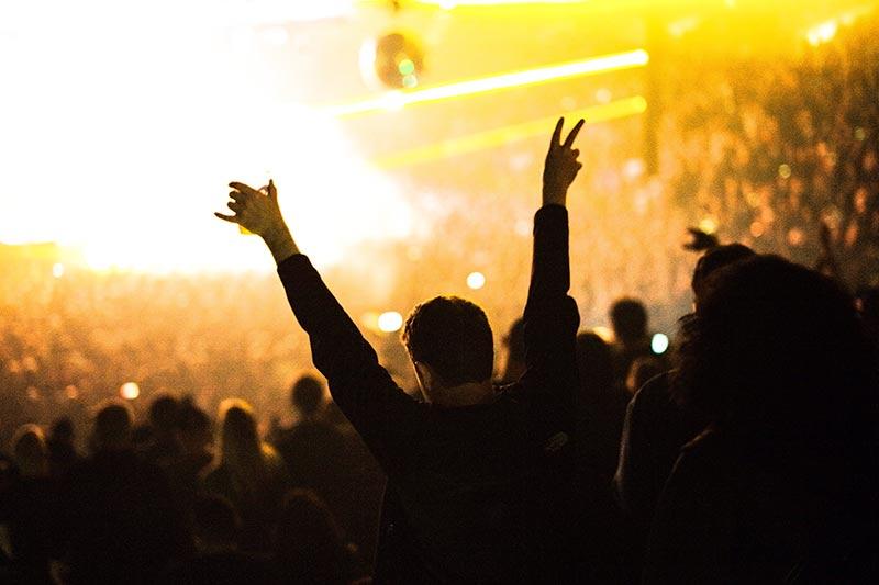 Deze silhouetfoto straalt veel plezier en een mooie menigte uit