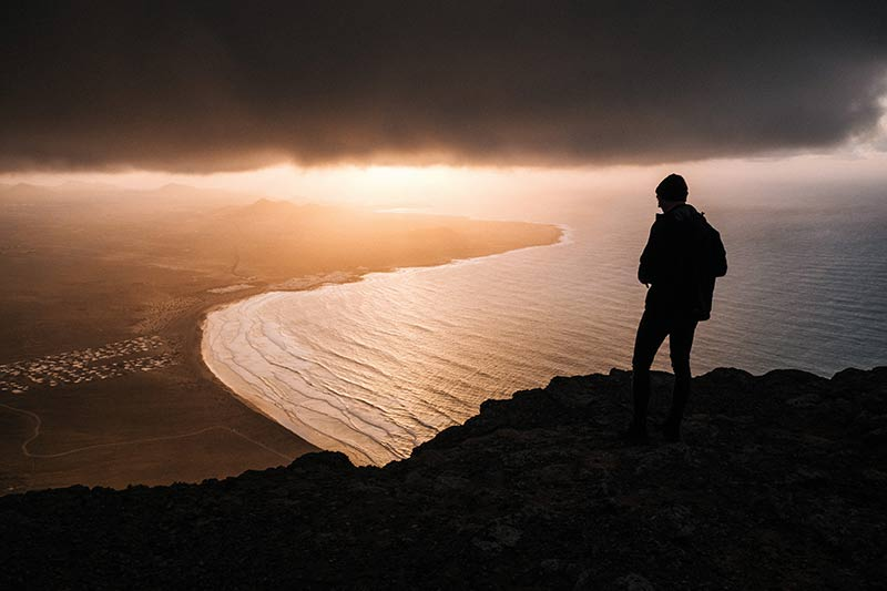 Een silhouetfoto met een prachtig overzicht op de onderliggende kust