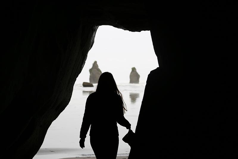 De kadering en rotsen op de achtergrond werken heel goed bij deze silhouetfoto