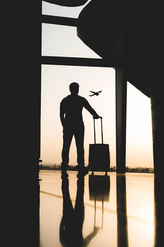 Silhouet van een man wagend op zijn vliegtuig